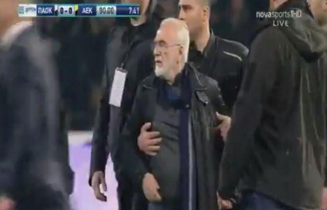 PAOK-Aek, goal annullato: il presidente invade il campo con una pistola